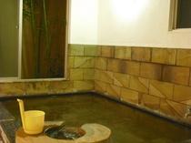 ■湯船の地下1mに源泉。無加水、無濾過、無加熱、無タンク、無投薬の「生」温泉が蛇口から