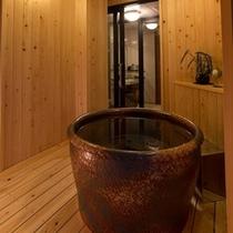 306号室 信楽焼きの客室露天風呂