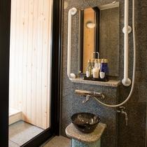 露天風呂付客室専用のシャワー室