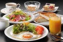 特別料理:米粉パンの朝食:朝取り野菜と庭先たまご付き