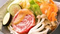 """■選べる小鍋■特製の味噌をかけて、""""豚肉""""に火が通るまでじっくりお待ち下さい♪"""