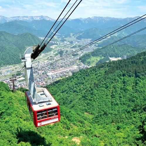 【周辺観光】<湯沢高原ロープウェイ(車で5分)>麓から標高1000mの湯沢高原を7分で繋ぎます。