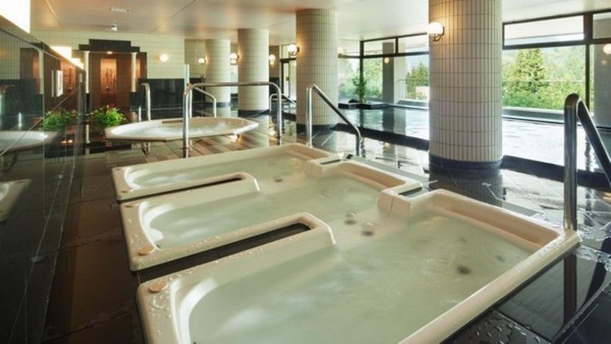 【大浴場】男女各250坪の温泉大浴場。越後湯沢温泉は弱アルカリ性でまろやかな泉質です。