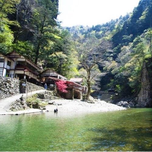 黒淵荘(食事処)は三段峡5大壮観の1つ「黒淵」の景観を見ながら食事を楽しめます!