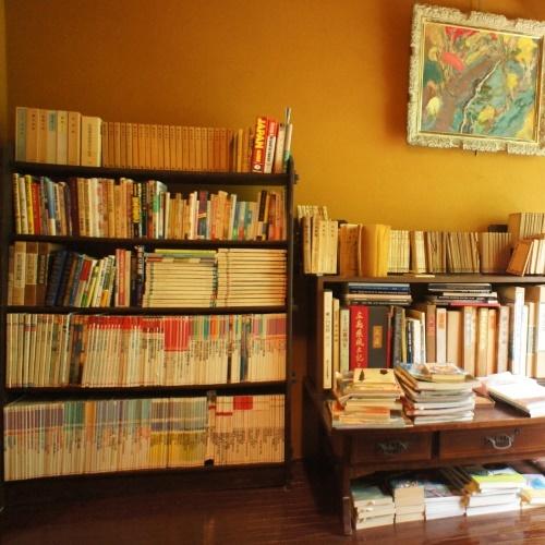 【小さな図書館】この本棚はなんと大正時代のもの!大切にすればずっと使えるんです!
