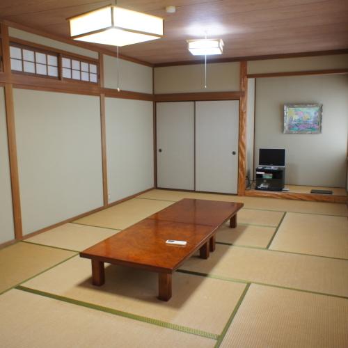 【和室14畳】道路側の眺望〜トイレ付