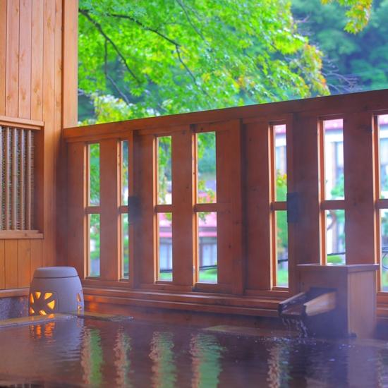 新緑に包まれる露天風呂