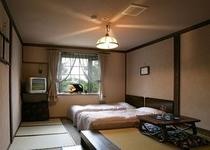 ツインのベッドと畳のお部屋