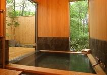檜と鉄平石の露天風呂