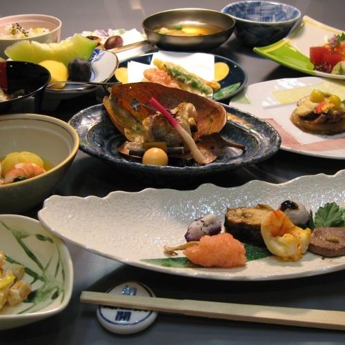とある日のご夕食。懐石料理は月毎にテーマ・献立を変えてご提供しております。旬を先取りして味わって。