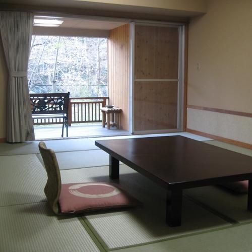 12畳の訳あり部屋。川が見えない、1階の奥まった場所にある、という訳ありです。お値段を考えるとお得。