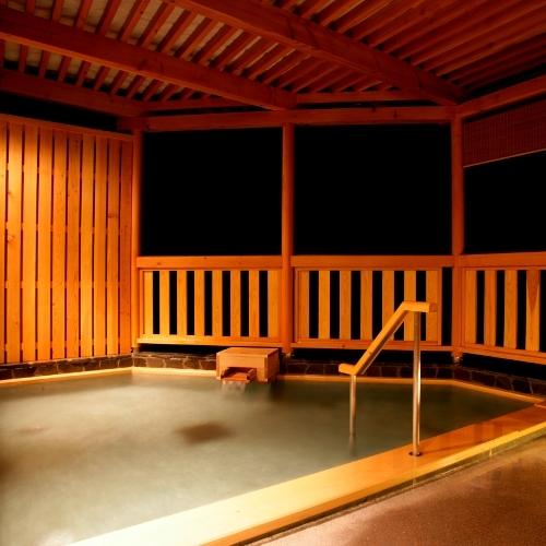 岩鏡の露天風呂は、檜扇の露天風呂より若干小さめ。タイミング良く貸切状態で入れれば最高の空間・時間。
