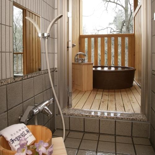 露天風呂へ行く手前にはシャワーブースもあります。扉で仕切られておりますので、寒くなく身体を洗えます。