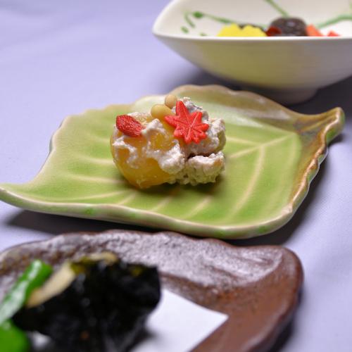 木の葉に盛る秋の前菜。味わい異なる三種の肴がぬる燗がよく合います♪