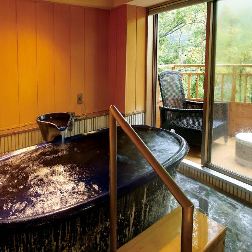 ご家族で入られても十分な浴槽と、シャワーが2つ。かわいいテラスで涼むことも可能です。