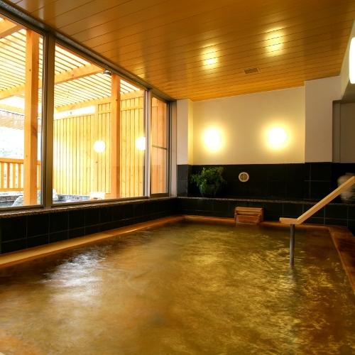 古代檜を使用した浴槽のおかげで、浴室に入った瞬間から檜の香りが。滑りやすくなっておりますのでご注意。