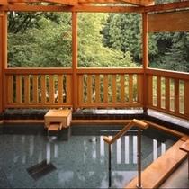 横を流れる横瀬川は、大人の膝下ぐらいの水量しかなく、夏場は川遊びをするご家族もいらっしゃいます。