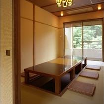 食事処「四季」。テーブル席と掘りごたつ風のお席がございます。どちらも完全な個室となります。