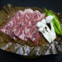 『牛ロースの朴葉焼き(国産)』…一人前2,100円。味噌の焼ける香りが食欲をそそります。
