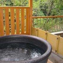 「陶器風呂」一例。新館のお風呂は、どのお風呂もお二人で入られても十分な広さがございます。