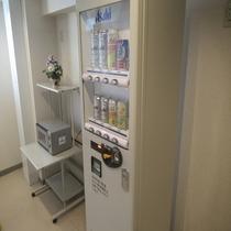 4階に『アルコール自販機』と『電子レンジ』がございます!