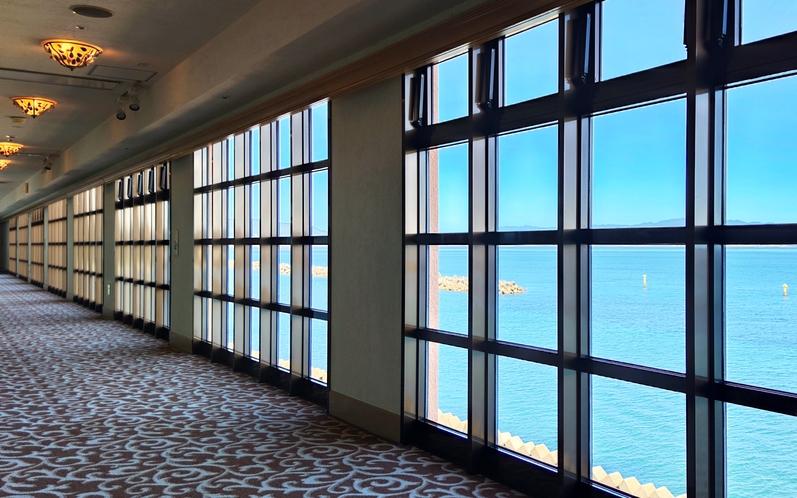 海を見渡すクラシックな雰囲気の廊下