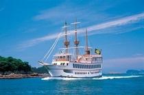"""白く輝く優雅な船体、ゆったりくつろぎながら潮風散歩ができる、九十九島遊覧船""""パールクイーン"""""""