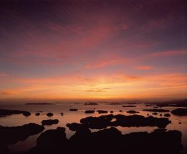 大小208もの島々からなる国内有数の多島海としても知られており、珍しい動植物の宝庫でもある。