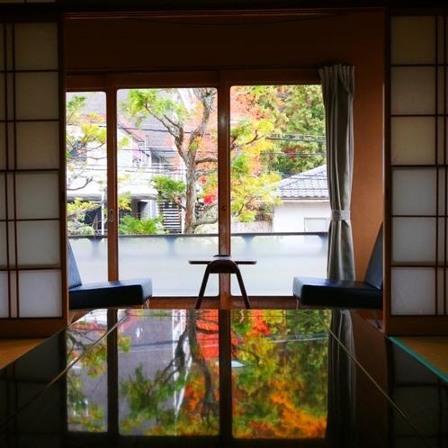 部屋からのきれいな紅葉が寛ぎのひと時を彩ります
