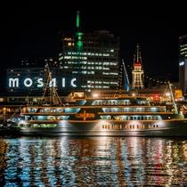夜の神戸港ではクルーズ船「コンチェルト」が出発!