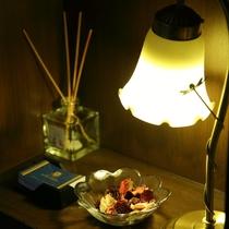 廊下にあるランプとリードディフューザー
