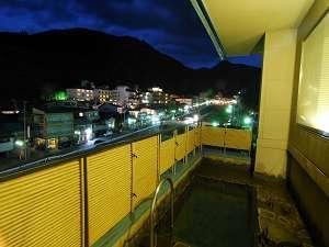 温泉街の夜景を楽しめる展望露天風呂