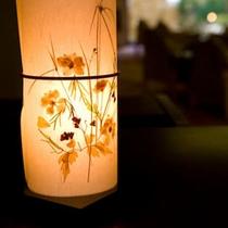 押し花で飾り付けた行燈