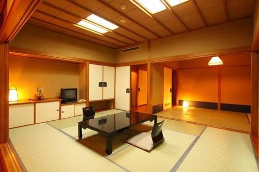 本館客室(10畳+6畳2間続き)
