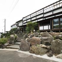 *【外観】高台に位置しておりますので源泉風呂のみならず眺望もお楽しみいただけます。