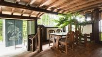 *『なごみの湯』入り口。温もり感のある木の内装と家具に緑を交えて意心地の良い空間を演出しております。