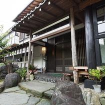 *【入口】横浜藤よし 伊豆店は部屋数4部屋のみのお篭り感のある眺望自慢のお宿でございます。