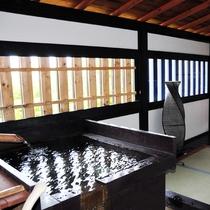 *【部屋】半露天風呂が隣接されており、24時間いつでも温泉を楽しむことができます。