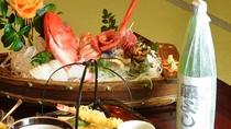 *全国新酒品評会金賞受賞された蔵にて作られたオリジナルボトル「藤よし」と新鮮な船盛り。相性バツグン!