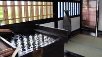 *『初島』半露天風呂が隣接されており、24時間いつでも温泉を楽しむことができます。