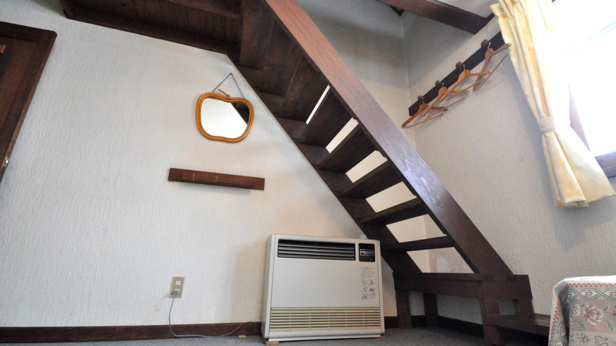 【客室】フォース ロフトへの階段が設置されております