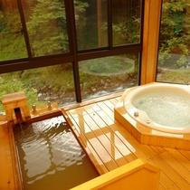【別館つばき】かけ流しにごり湯の寝湯とジャグジー風呂を備えます。