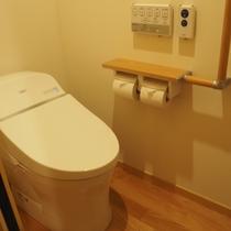 【本館最上階和モダンツイン】お手洗いには手すりもあります。ご年輩のお客様も安心♪