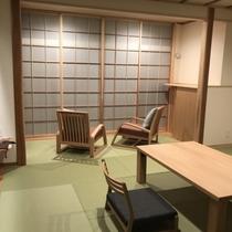 【本館4階和室】奥には広縁にモダンな椅子を配置(2019年夏リニューアル)