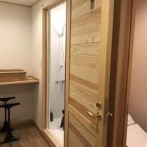 【本館4階和室】シャワー前の脱衣場(2019年夏リニューアル)