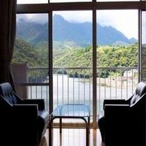 【客室一例】すべてのお部屋から安房川の景色をお楽しみいただけます。