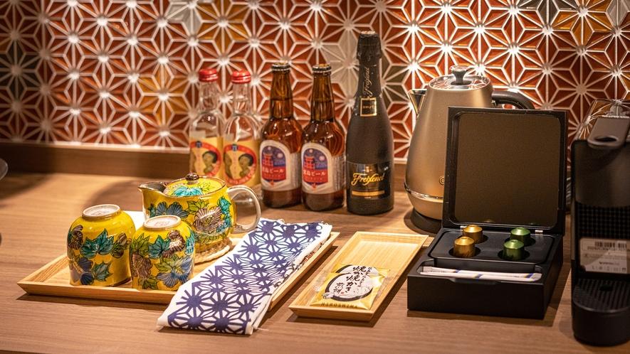 【半露天風呂付客室‐特典】ミニバーの飲み物はご自由に。