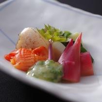 旬の貝と野菜を酢の物で