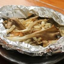 夕食-鮭のホイル焼き(片品産 まいたけ入り)