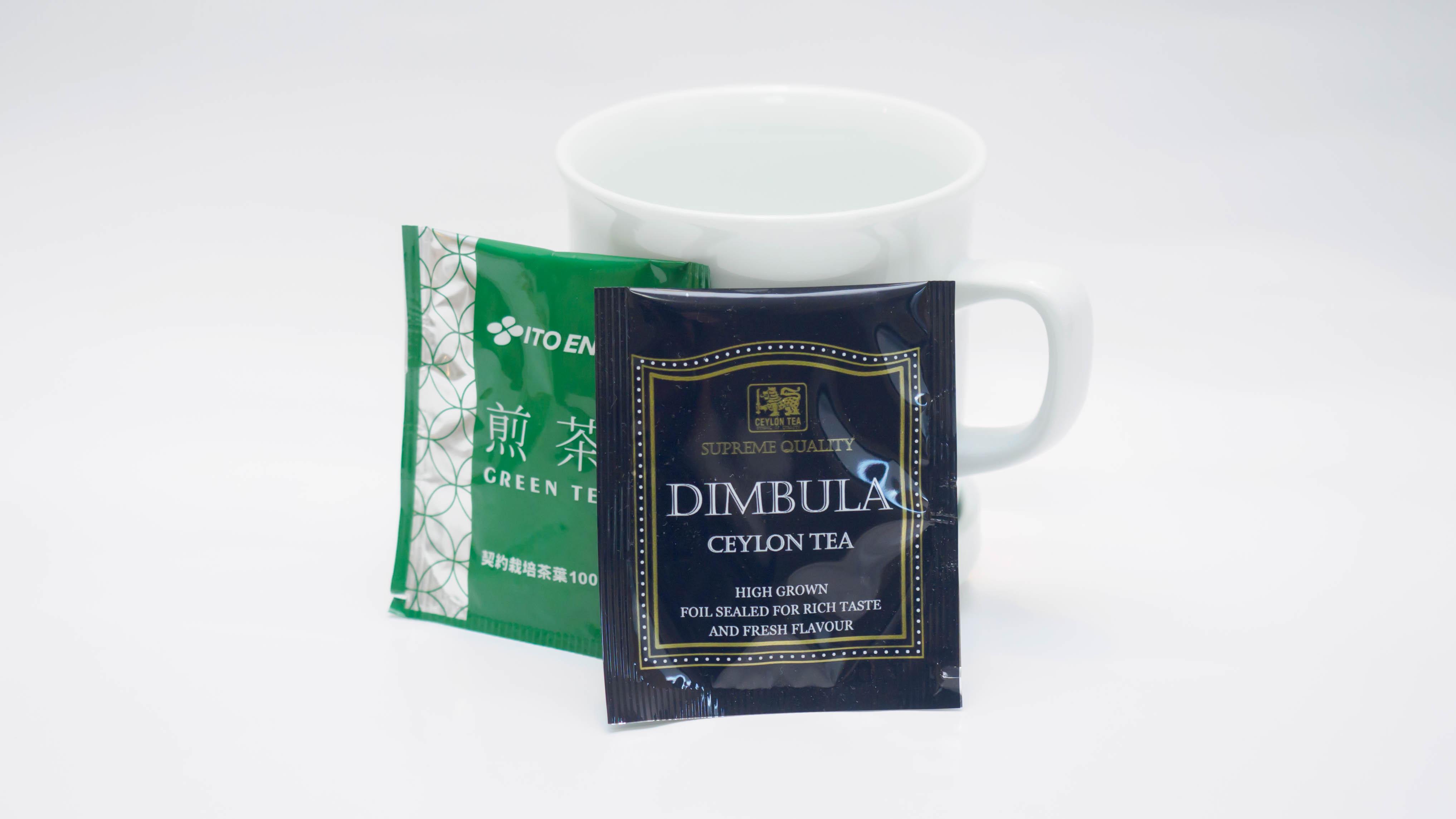 お部屋では煎茶・紅茶をお楽しみいただけます。ゆったりとお寛ぎくださいませ。